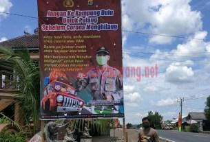 Baliho yang terpasang di Jalintim, Kampung Bujuk Agung
