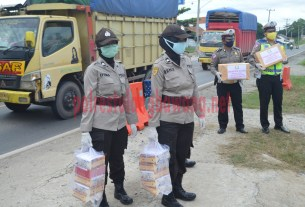 Personel Polwan membawa bingkisan untuk Pos Pam