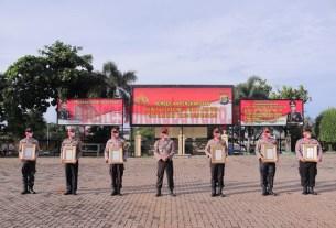 6 perwakilan personel Polres Tulang Bawang yang menerima reward dari Kapolda Lampung