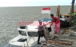 Personel Satpolair Polres Tulang Bawang bagikan sembako untuk masyarakat pesisir