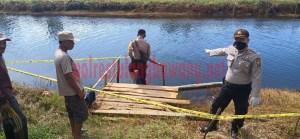 Kapolsek Rawa Pitu menunjukkan TKP penemuan korban MD di aliran sungai primer Kampung Mulyo Dadi