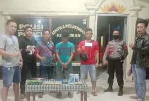 Pelaku curat counter HP berinisial IA saat berada di Mapolsek Banjar Agung