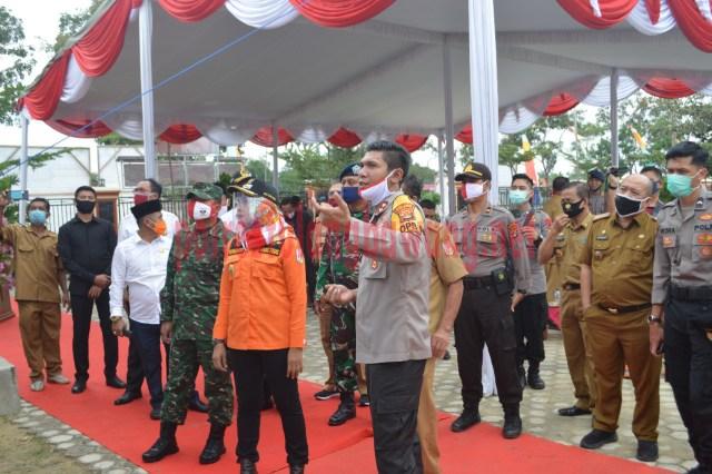Kapolres menjelaskan kepada Bupati dan forkopimda fasilitas yang terdapat di Kampung Tangguh Nusantara