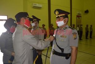 Kapolres Tulang Bawang memasangkan lencana jabatan kepada pejabat Kapolsek Rawa Jitu Selatan