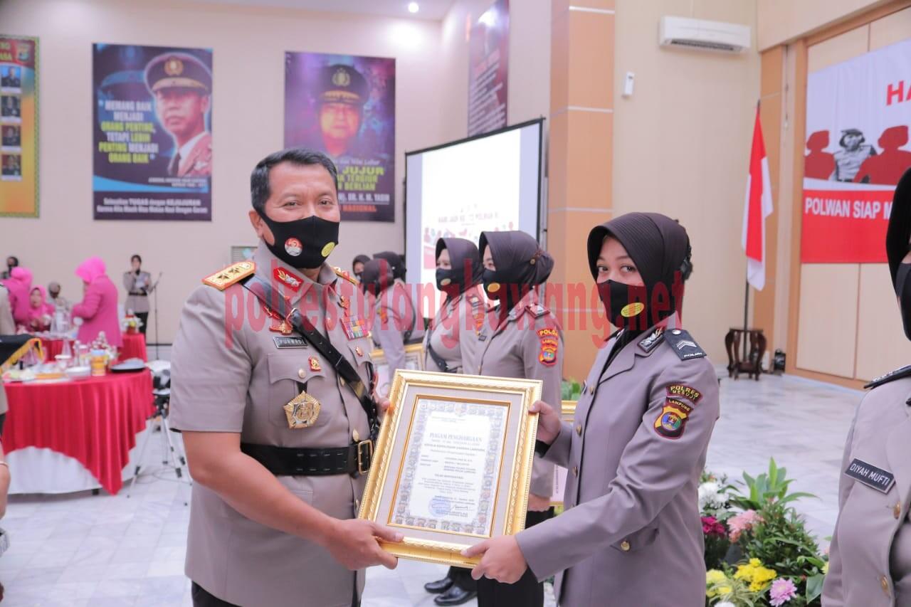 Polwan Polres Tulang Bawang an. Briptu Khusnul Dwi Wulandari, SH yang merupakan bhabinkamtibmas Kampung Sidodadi saat menerima piagam penghargaan dari Kapolda Lampung