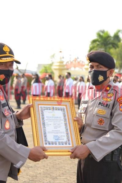 Wakapolda Lampung Brigjen Pol Drs. Sudarsono, SH, M.Hum saat memberikan reward kepada personel di lapangan Mapolda Lampung