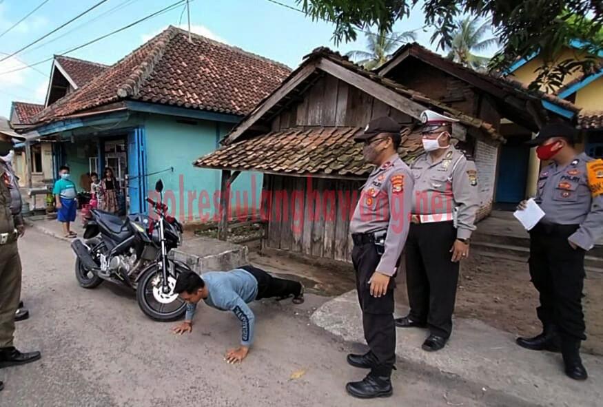 Warga Kelurahan Menggala Kota yang mendapatkan sanksi push up karena terjaring Operasi Yustisi