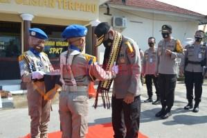 Wakapolda Lampung Brigjen Pol Drs. Subiyanto menerima pengalungan kain tapis oleh Pocil saat kunker di Polres Tulang Bawang