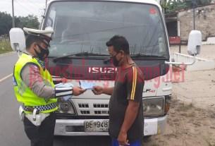 Personel Satlantas Polres Tulang Bawang saat memberikan tilang kepada pengendara ODOL yang melintas di Jalintim, Kampung Banjar Agung