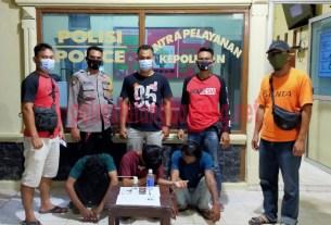 Tiga pelaku berinisial RH (40), GR (20) dan GS (19) yang berhasil ditangkap Polsek Banjar Agung saat sedang asyik pesta narkotika di sebuah warung yang ada di Kampung Dwi Warga Tunggal Jaya