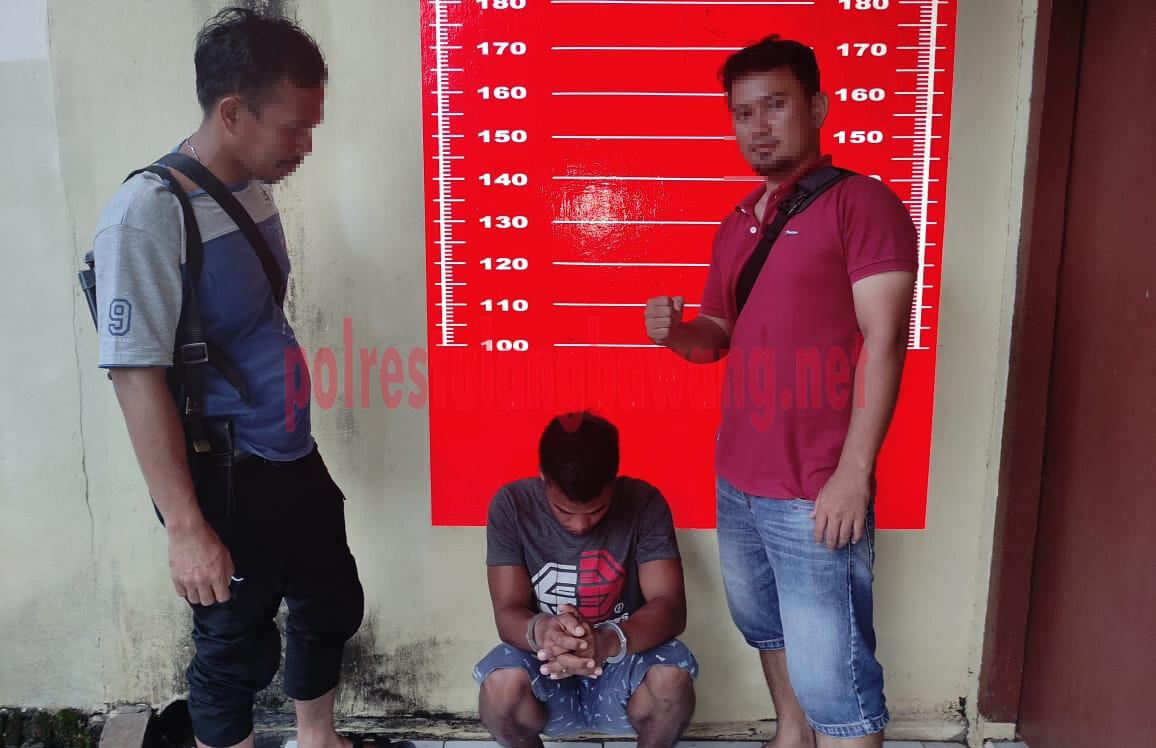 Seorang buruh berinisial JI als J (25), yang mencuri HP android milik pelajar saat ditangkap Polsek Banjar Agung