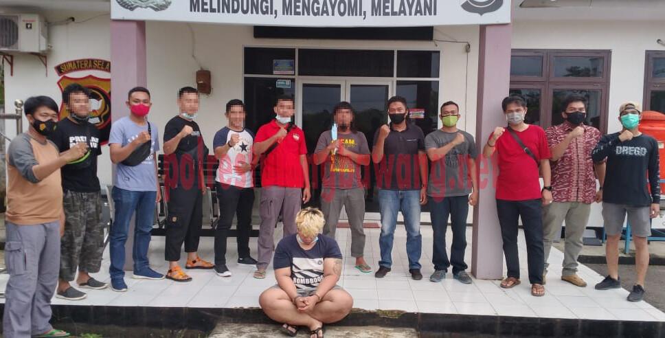 Pelaku penipuan dan atau penggelapan berinisial IA (24), saat ditangkap petugas