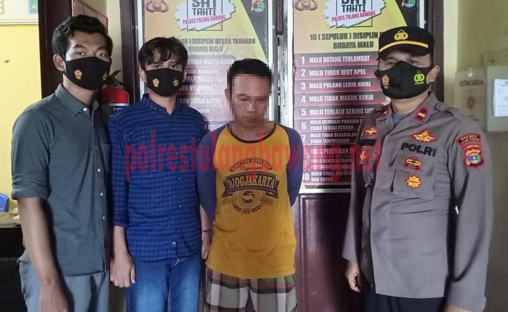 Pelaku curas atau pemerasan berinisial berinisial HE (45), warga Kampung Panca Karsa Purna Jaya, Kecamatan Banjar Baru saat berada di Mapolres Tulang Bawang