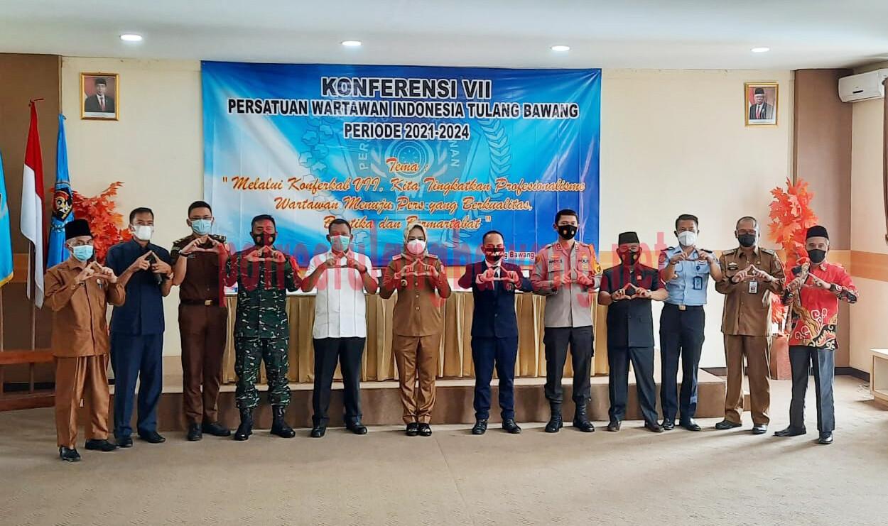 Kapolres Tulang Bawang AKBP Andy Siswantoro, SIK, foto bersama pada acara konferkab VII, PWI Tulang Bawang periode 2021-2024, di Hotel Le'Man, Kampung Dwi Warga Tunggal Jaya