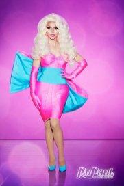 Miz Craker. 33 anos | Nova York. É filha drag de Bob The Drag Queen (vencedora da 8° temporada) Define seu estilo como uma barbie judia e drogada, é magra e crocante como um biscoito.