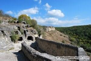 Древний пещерный комплекс в районе Южных ворот Чуфут-Кале. Автор фото Ольга Иутина