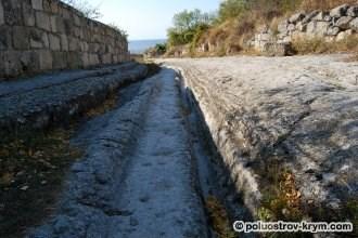 Древняя дорога пещерного города Чуфут-Кале. Крым. Фото Ольги Иутиной