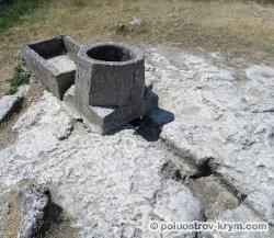 Крым. Пещерный город Чуфут-Кале. Водосборный колодец