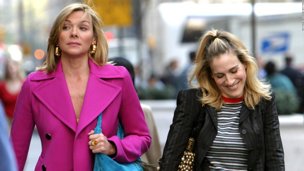 Kim Catrall y Sarah Jessica Parker como Samantha Jones y Carrie Bradshaw en Sex and The City