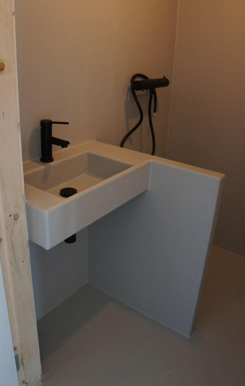 Een kleine badkamer en toch ruimtelijk – Polyester Sanitair ...