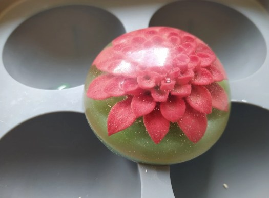 2. After polishing, the flower is very clearly visible in the resin.