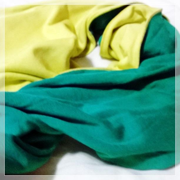 Cachecol verde e amarelo que veio em um vestido que eu comprei na Copa de 2010.