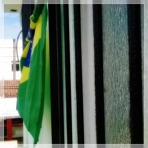 Penduramos a bandeira na janela no primeiro dia de jogo, mas agora ela está assim, um pouco enrolada (parece um pouco com a seleção, né? rs).