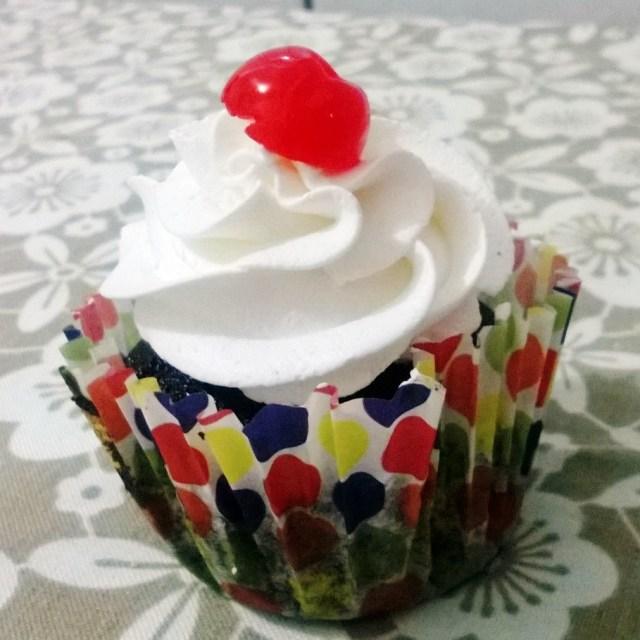 Cupcake de Floresta Negra para comemorar meu aniversário (que foi ontem).