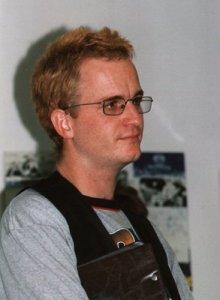 Das Bild ist aus dem Jahr 2000 bei einer Science-Fiction-Veranstaltung; da war Klaus schon Chefredakteur und hatte zum letzten Mal gefärbte Haare