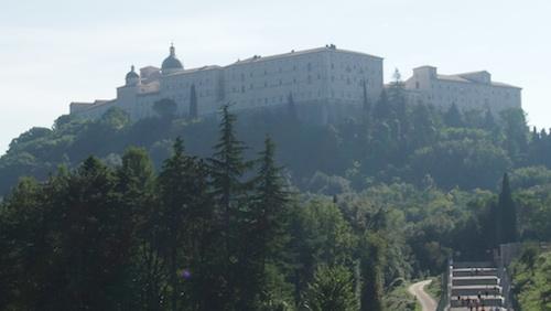 Widok na klasztor – z cmentarza