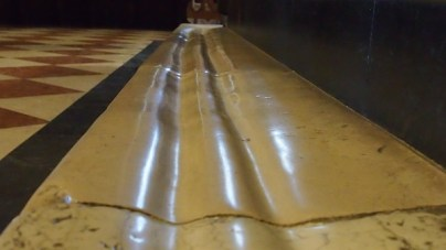ślady w marmurze wytarte kolanami pielgrzymów wokół domku