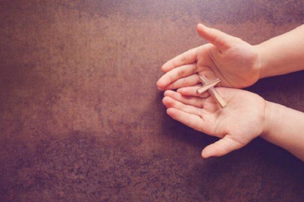 krzyż w dłoniach