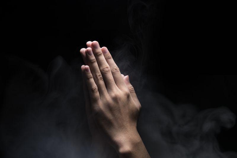 Złożone ręce w modlitwie