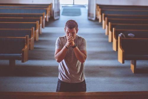 Modlitwa mężczyzny w kościele