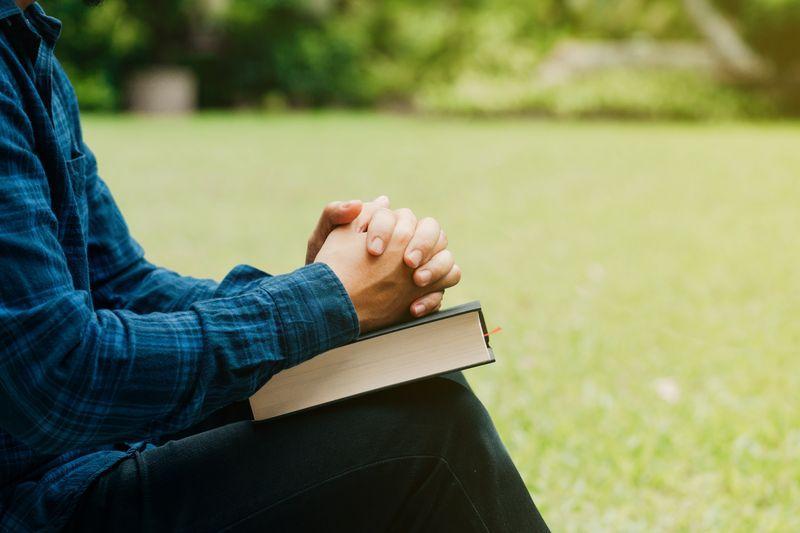 Ręce, biblia i modlitwa