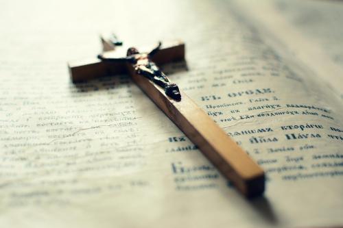 Krzyż na biblii