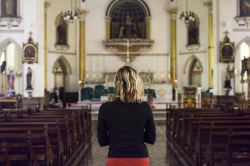 Modlitwa kobiety w kościele