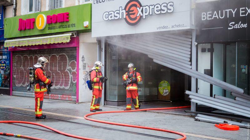 ?? Marseille (13) : Cinq personnes bloquées derrière le rideau métallique d'un magasin en feu