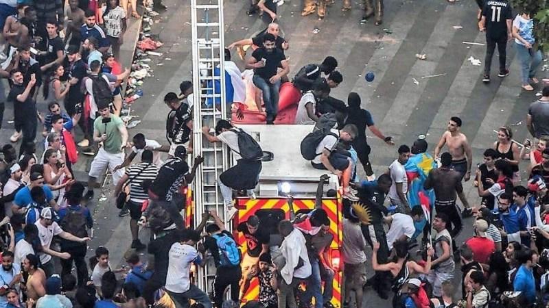 ?? Paris : Des supporters montent sur un camion de pompiers en intervention