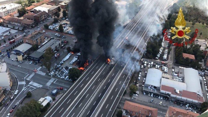 ?? Bologne : Explosion d'un camion-citerne sur le pont de l'A14