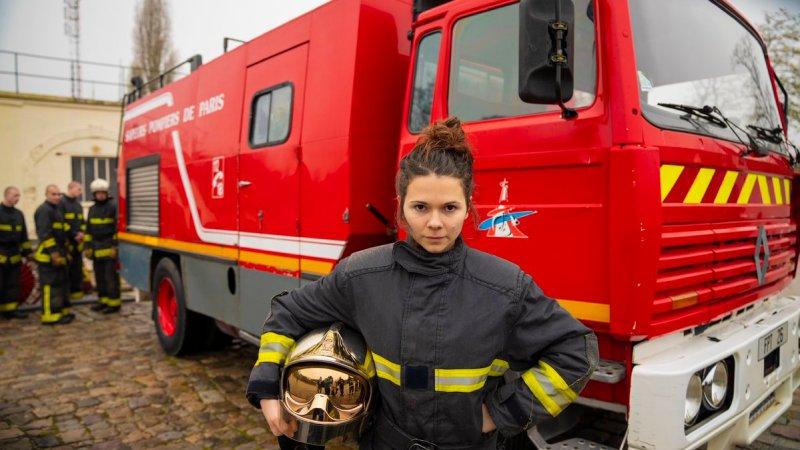 Juju Fitcats passe les tests sportifs pour rejoindre les Pompiers de Paris