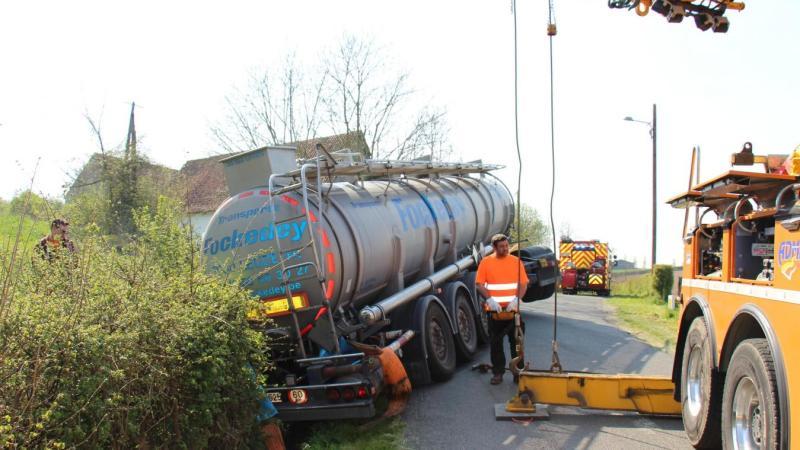 🇫🇷 Henneveux (62) : Un poids lourd rempli de produits chimiques fini dans le fossé