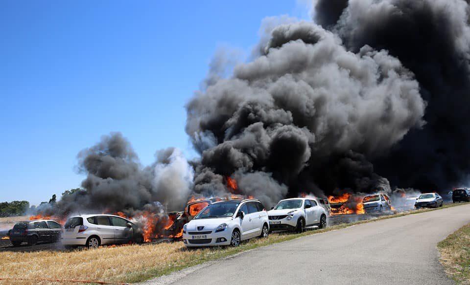 ?? Saint-Clément (89) : Une cinquantaine de véhicules détruits par un feu de chaume