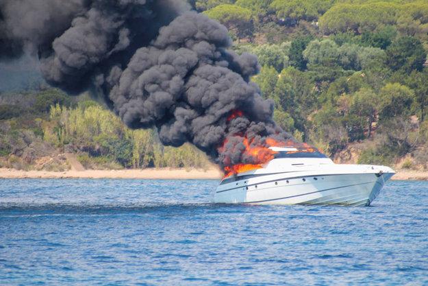 🇫🇷 Bonifacio (2A) : Le bateau du rappeur Maître Gims en flammes