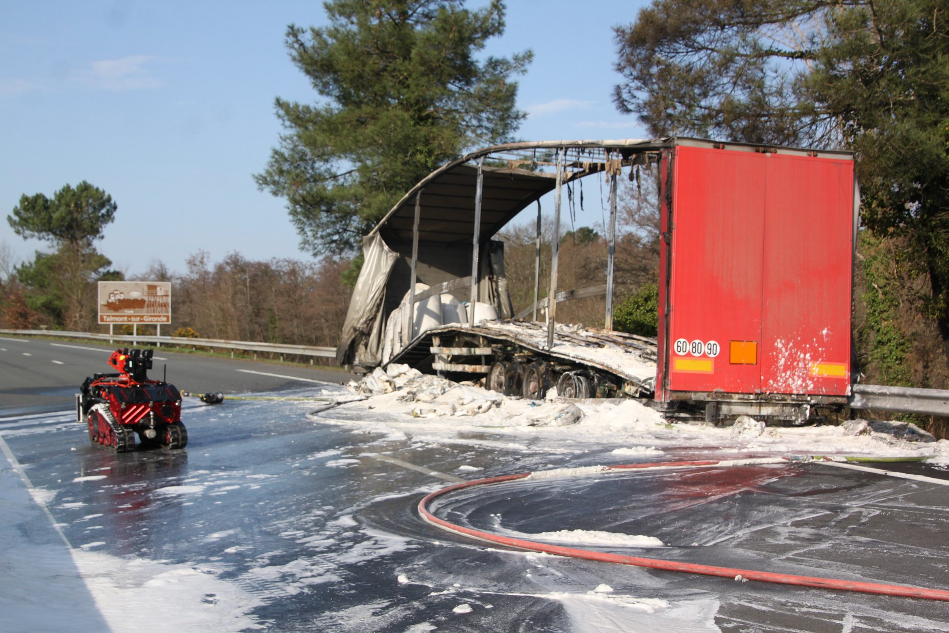 🇫🇷 Mirambeau (17) : L'A10 coupée suite à un feu de marchandises dangereuses