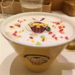 ポムポムプリンカフェ☆原宿☆ロゴ入りマグカップでホットドリンクの提供開始!