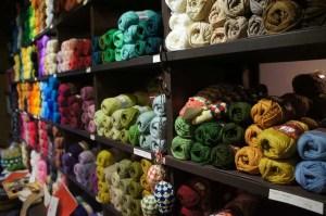 埼玉県所沢市のかぎ針編み教室pomponnerが夏休みに訪れた京都の毛糸屋さんイトコバコの店内