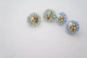 埼玉県所沢市のかぎ針編み教室pomponnerの作品で、コイル編みの技法を使ったピアスの画像