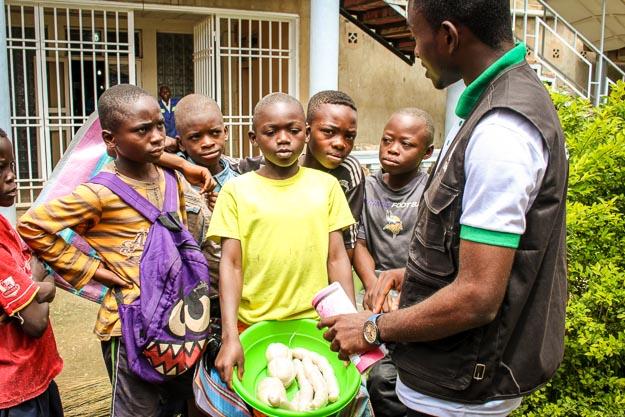 Enfant Reporter et enfants vendeurs à Lubumbashi