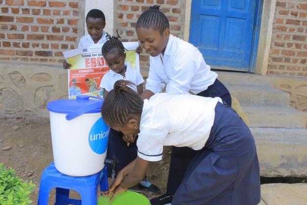 Sensibilisation sur le lavage des mains à l'école primaire Kanzulinzuli de Beni (© UNICEF DRC Musangi)